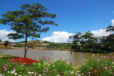 vn-dalat-lake-view
