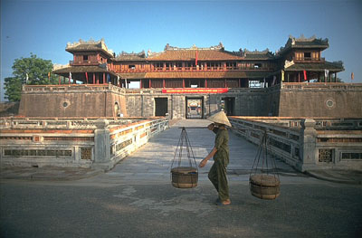 vn-hue-citadel-with-vendor