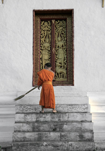 laos-monk-sweeping1