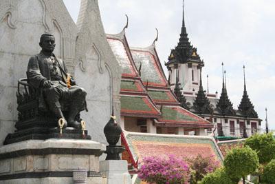 th-bangkok-temple-and-statue