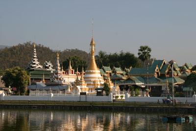 th-mae-hong-son-temple-and-lake-4