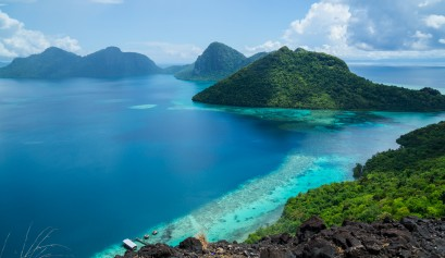 Malaysia-Sabah-Scenery-Tun-Sakaran-Marine-Park-Tropical-Island-in-Semporna-from-the-Peak-of-Bohey-Dulang-Island-Shutterstock_273358691